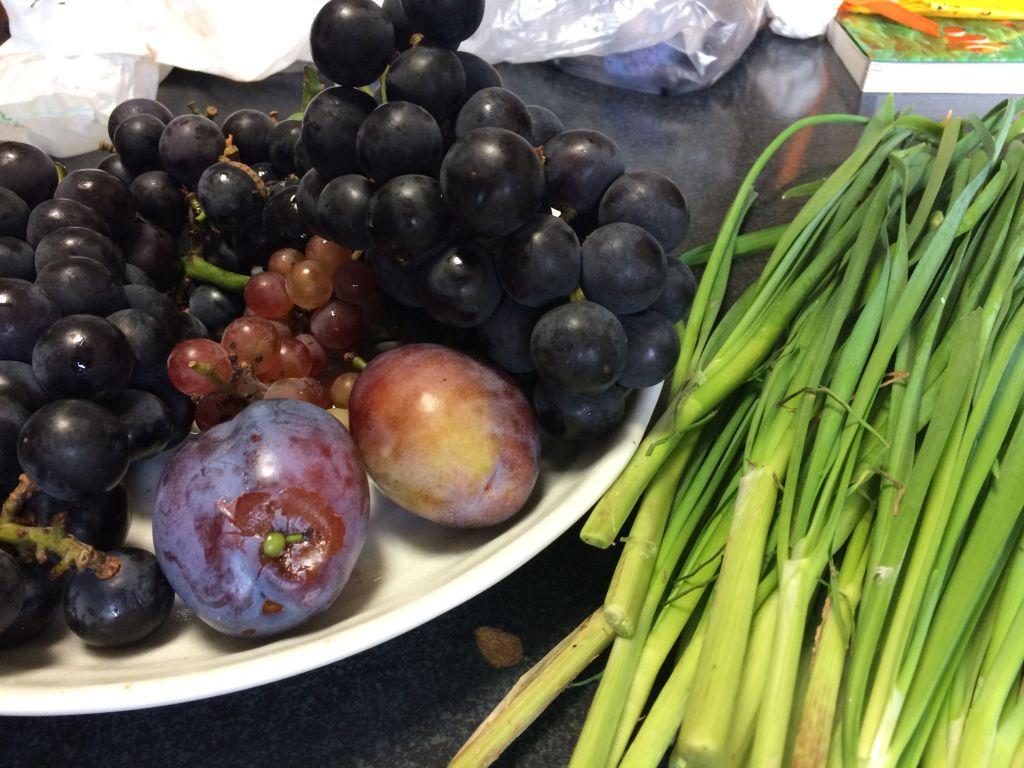 今日の収穫。ぶどう2種、プルーン、ニラ
