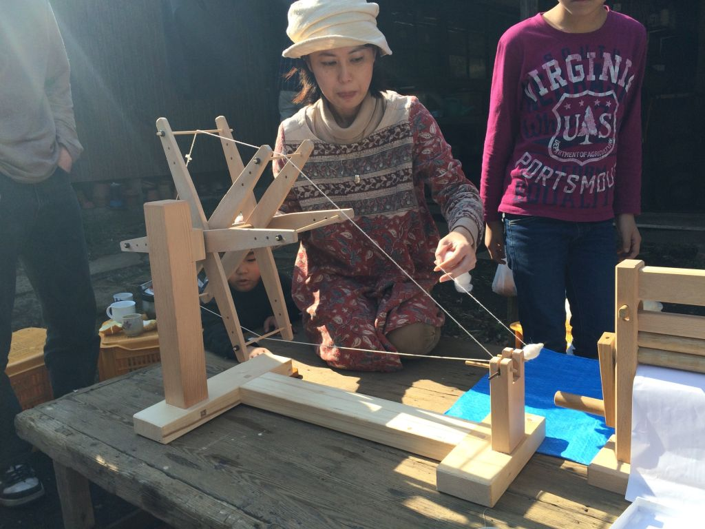 綿から糸紡ぎをしているところ。
