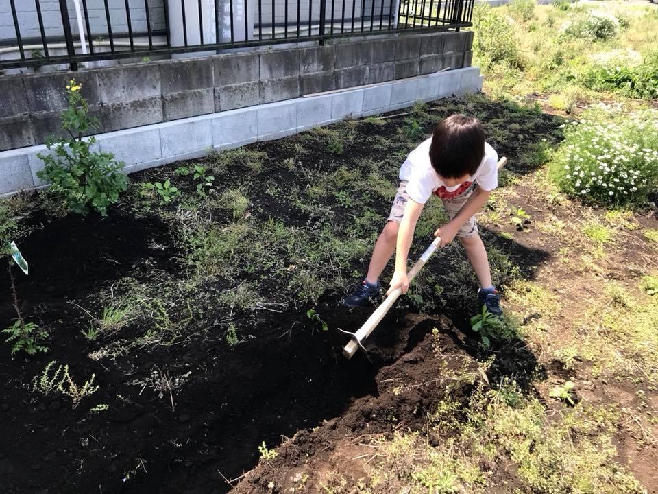 水はけ用に溝を掘っている所