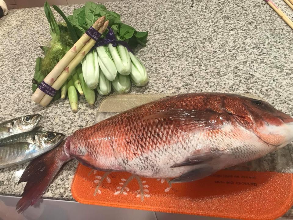築地市場で購入した食材(真鯛、鯵、ホワイトアスパラ、しんとり菜、ヤングコーン、そら豆)