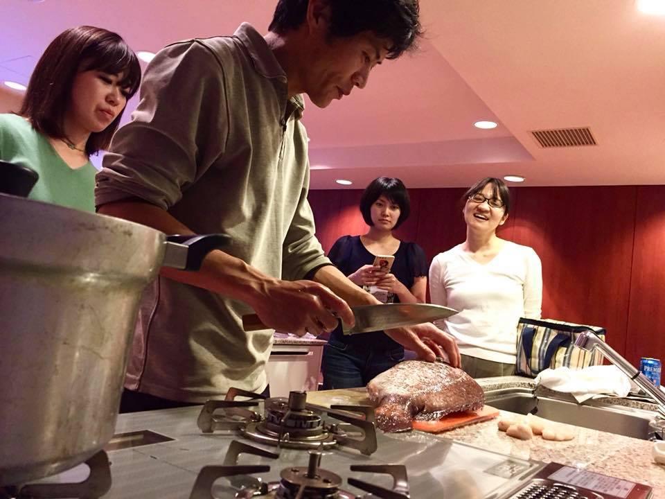 調理実習中、真鯛を捌いています