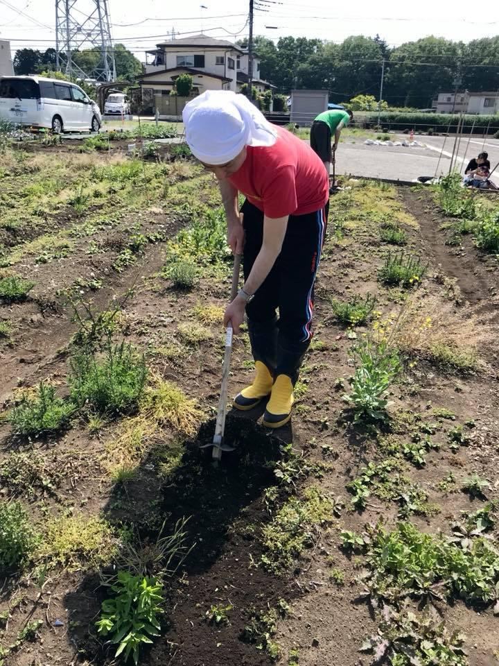 畝の溝を修復中