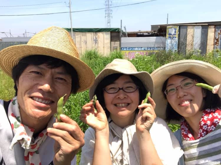 収穫した赤そら豆を持って、記念撮影♪