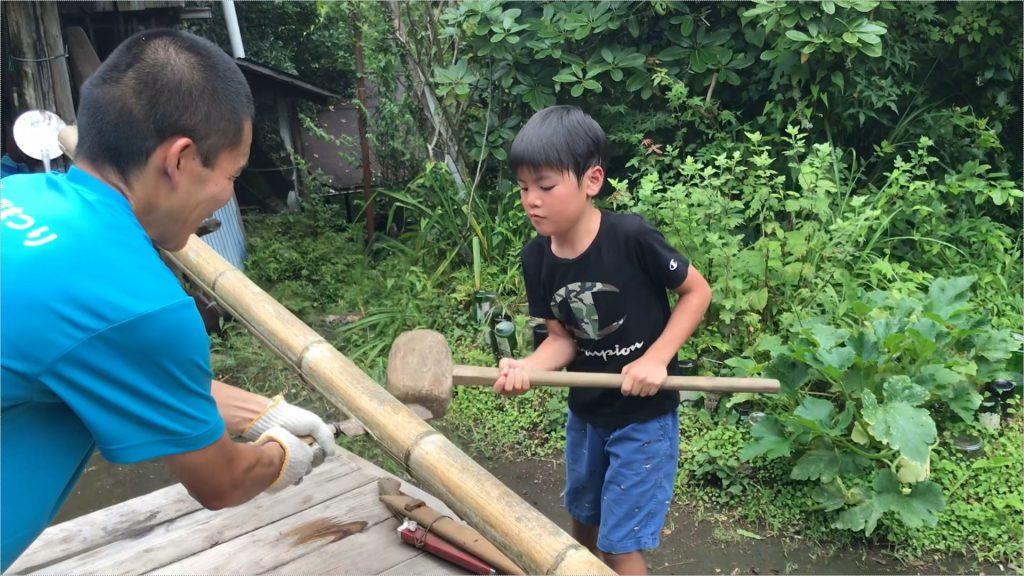 竹を割っている所