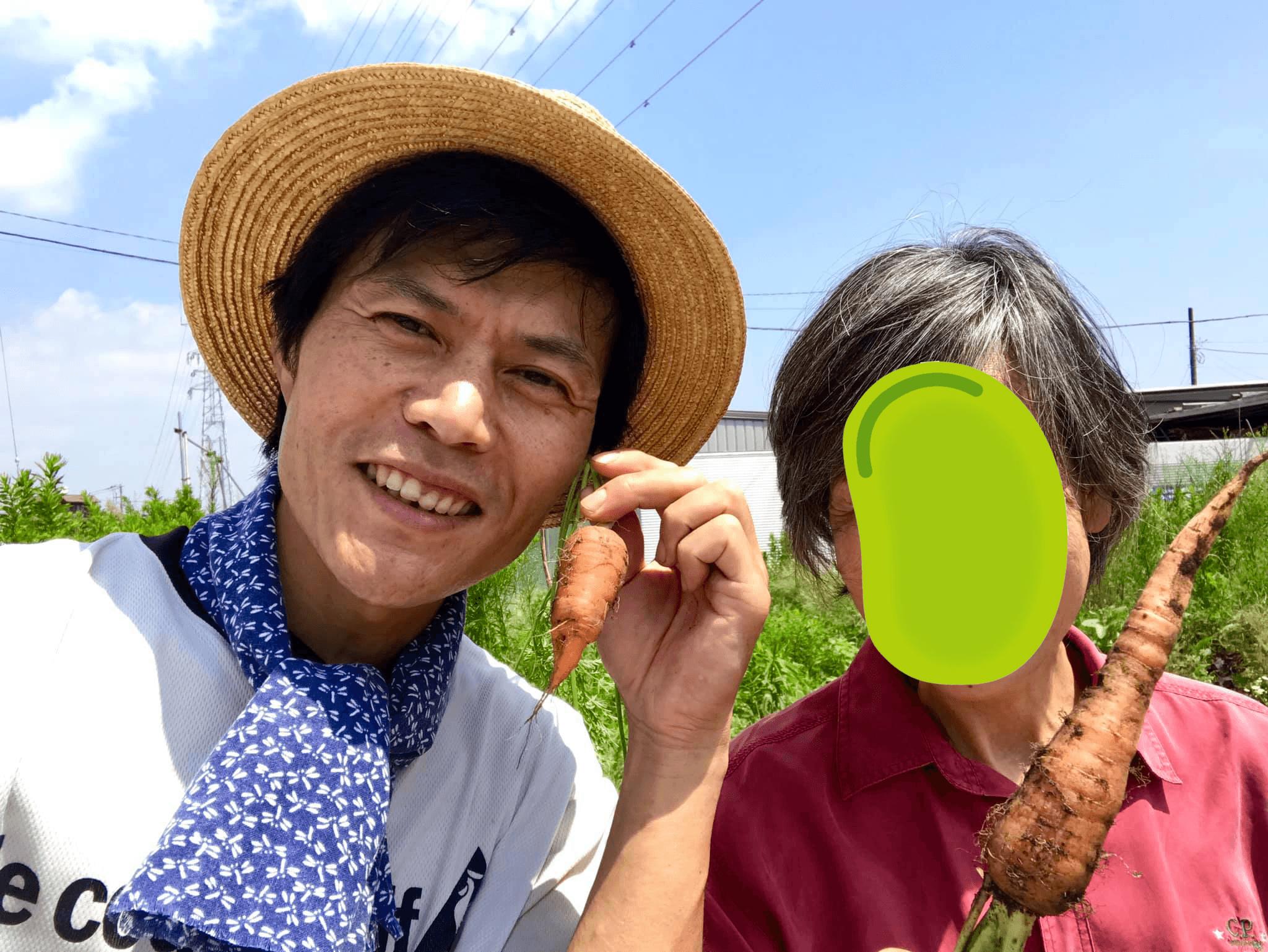 収穫した人参とともにパチリ