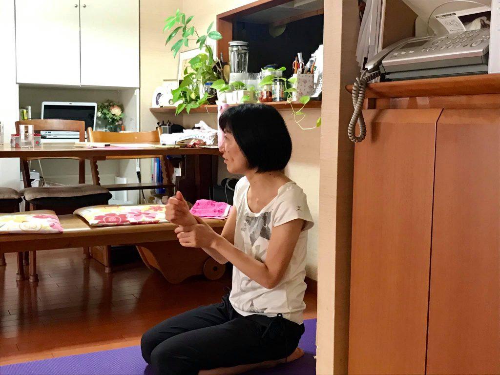 ヨガを教えるさっちゃん(平野先生)