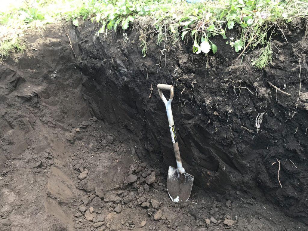 深さは1.4mくらい (シャベルの長さが約1mです)