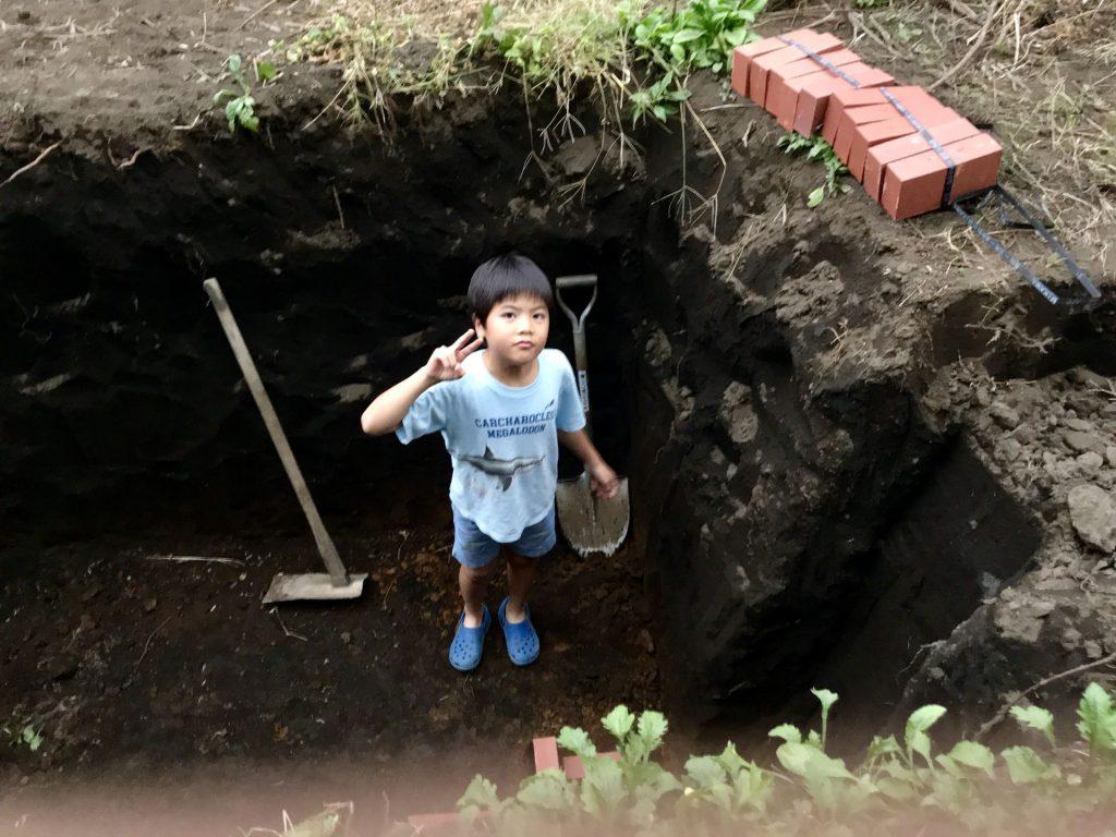 穴の中に入った丸ちゃん