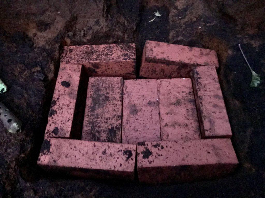 排水用の穴にはこんな感じでレンガを並べます