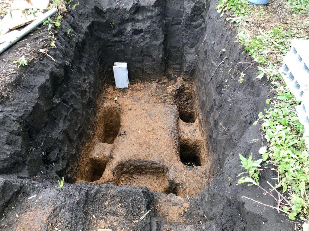 土圧対策のために、金属パイプを埋め込む穴をホリホリ中
