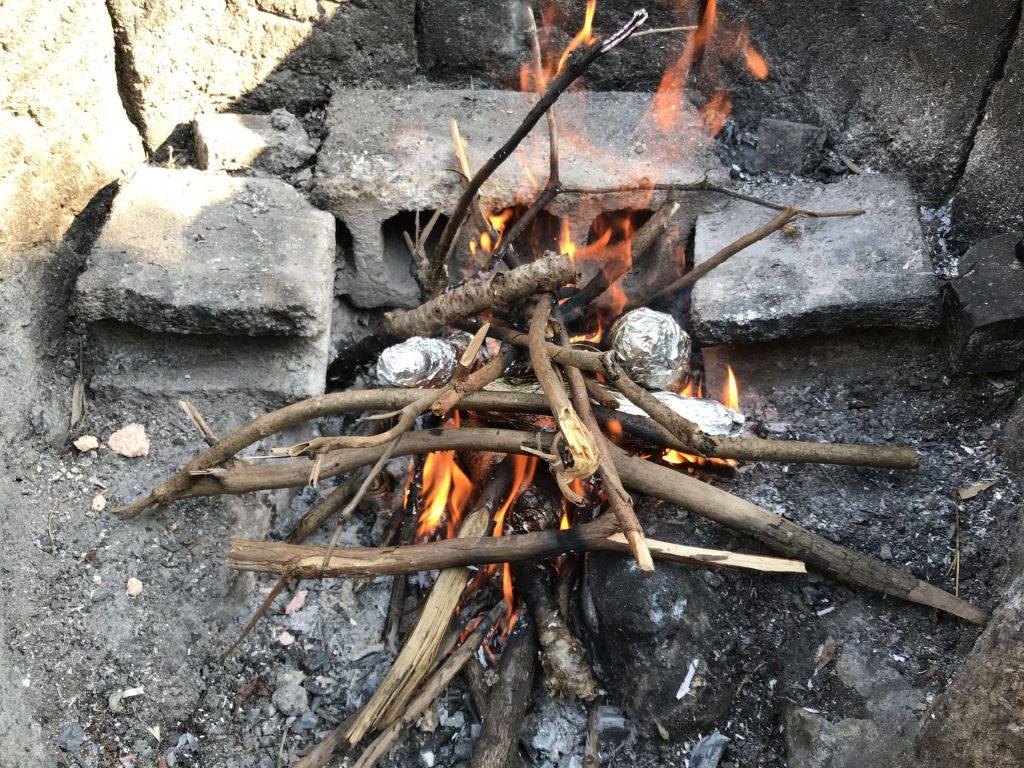 焚き火で焼き芋中♪