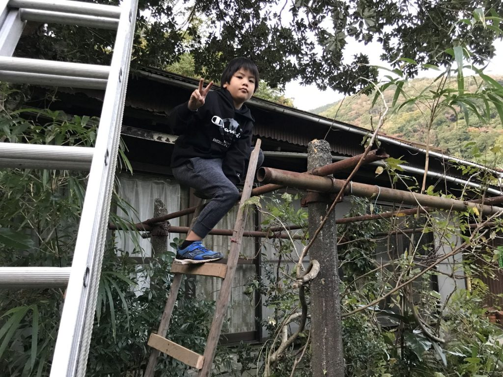 手作りのはしごに登ってブイ♪