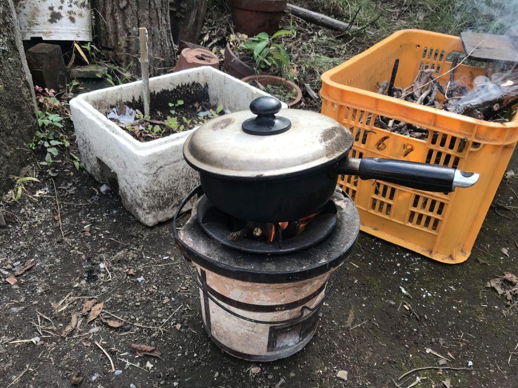焚き火で炊飯中♪