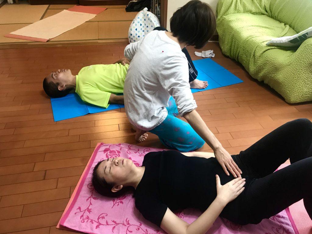 ヨガ実践中(下腹部や呼吸)