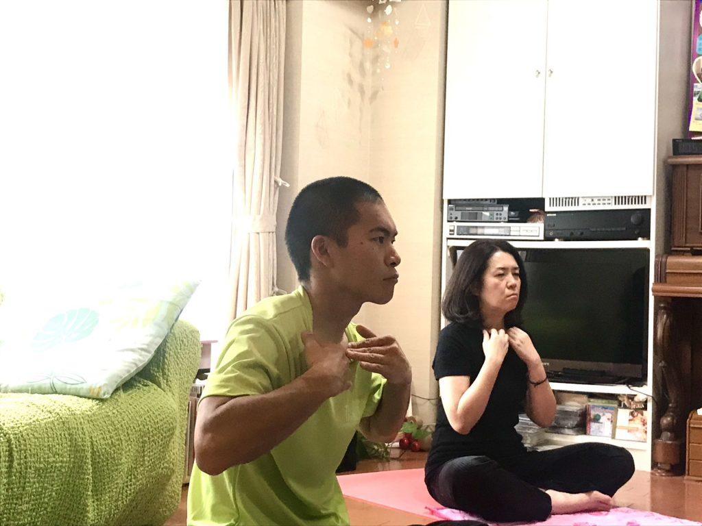 ヨガ実践中(鎖骨のエクササイズ)