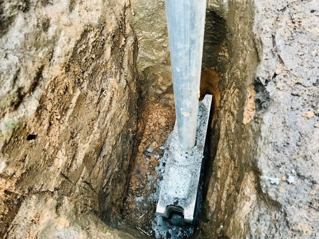 土台の上にコンクリートブロックを乗せ、そこに柱を刺して、モルタルで固定しました。