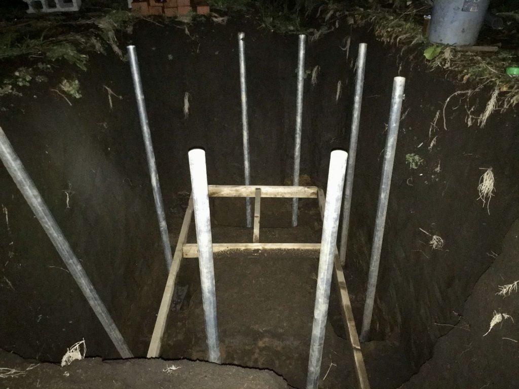 夕闇の中、奥の2本の柱を立てました。