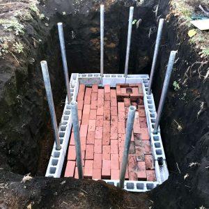 貯水槽の底にブロックとレンガを並べてみました