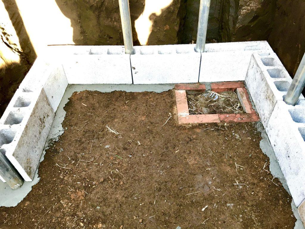 貯水槽の壁の一段目を設置中。