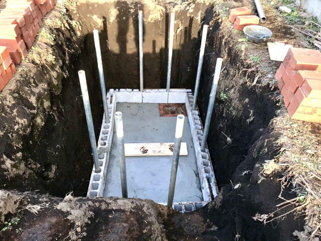 底に基礎のモルタルを敷きました