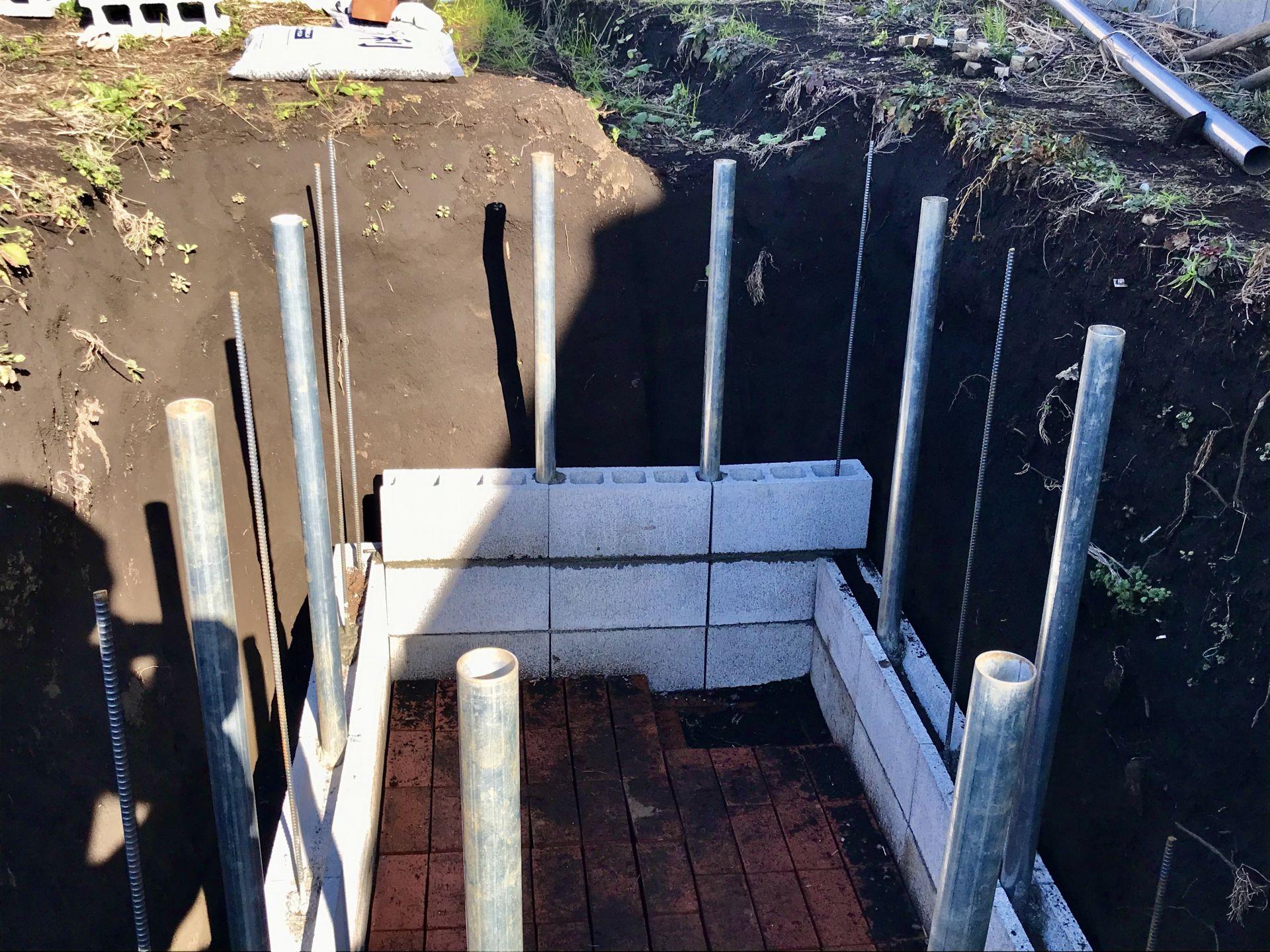 貯水槽の壁の3段目を積み始めました