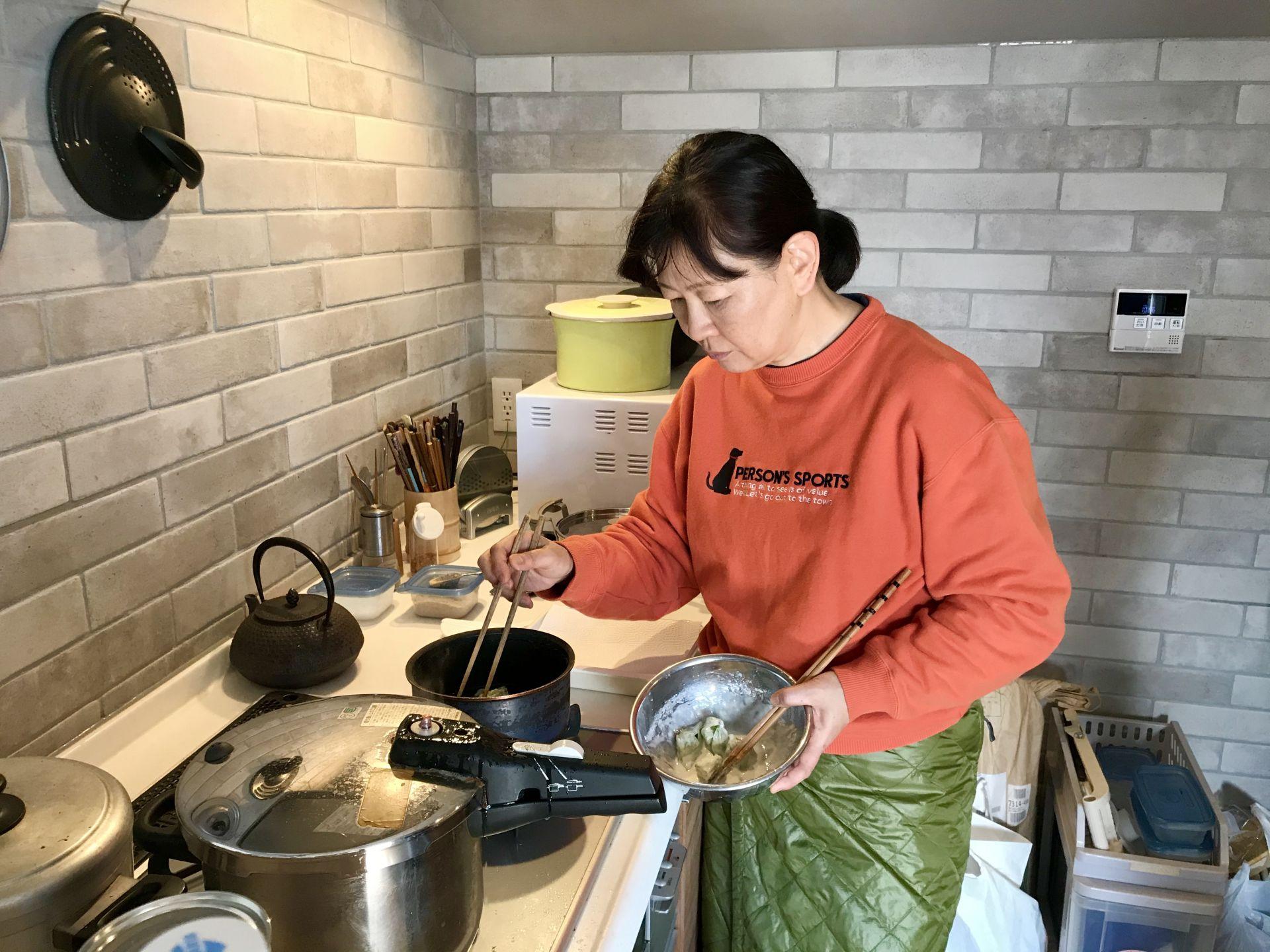 フキノトウを天ぷらにする千恵ちゃん