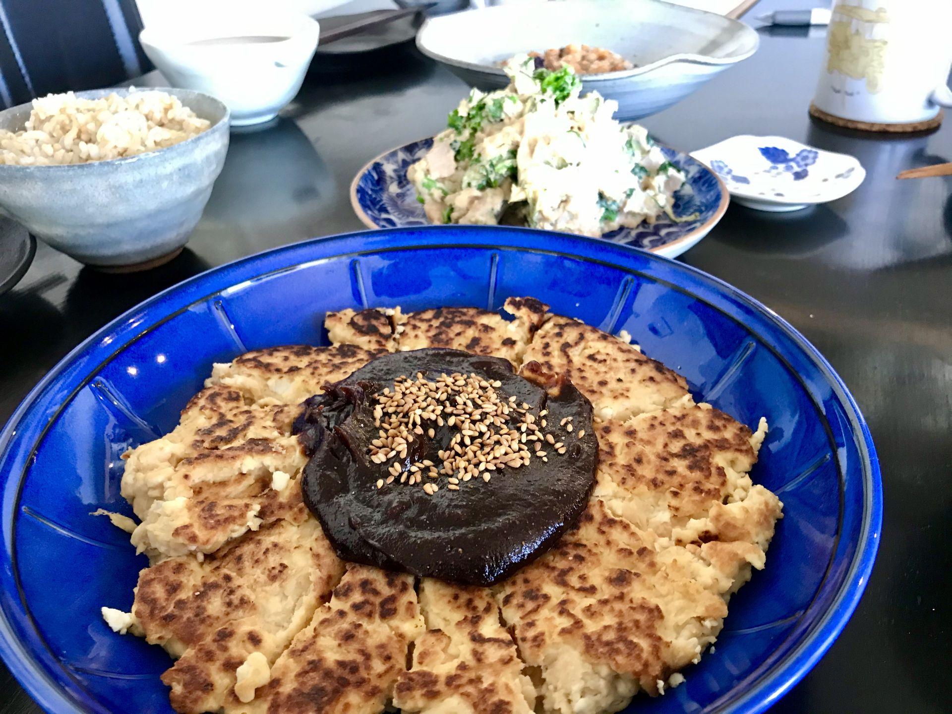 手前:大豆田楽 中央:大豆サラダ 奥:大豆田楽 左奥:玄米ご飯