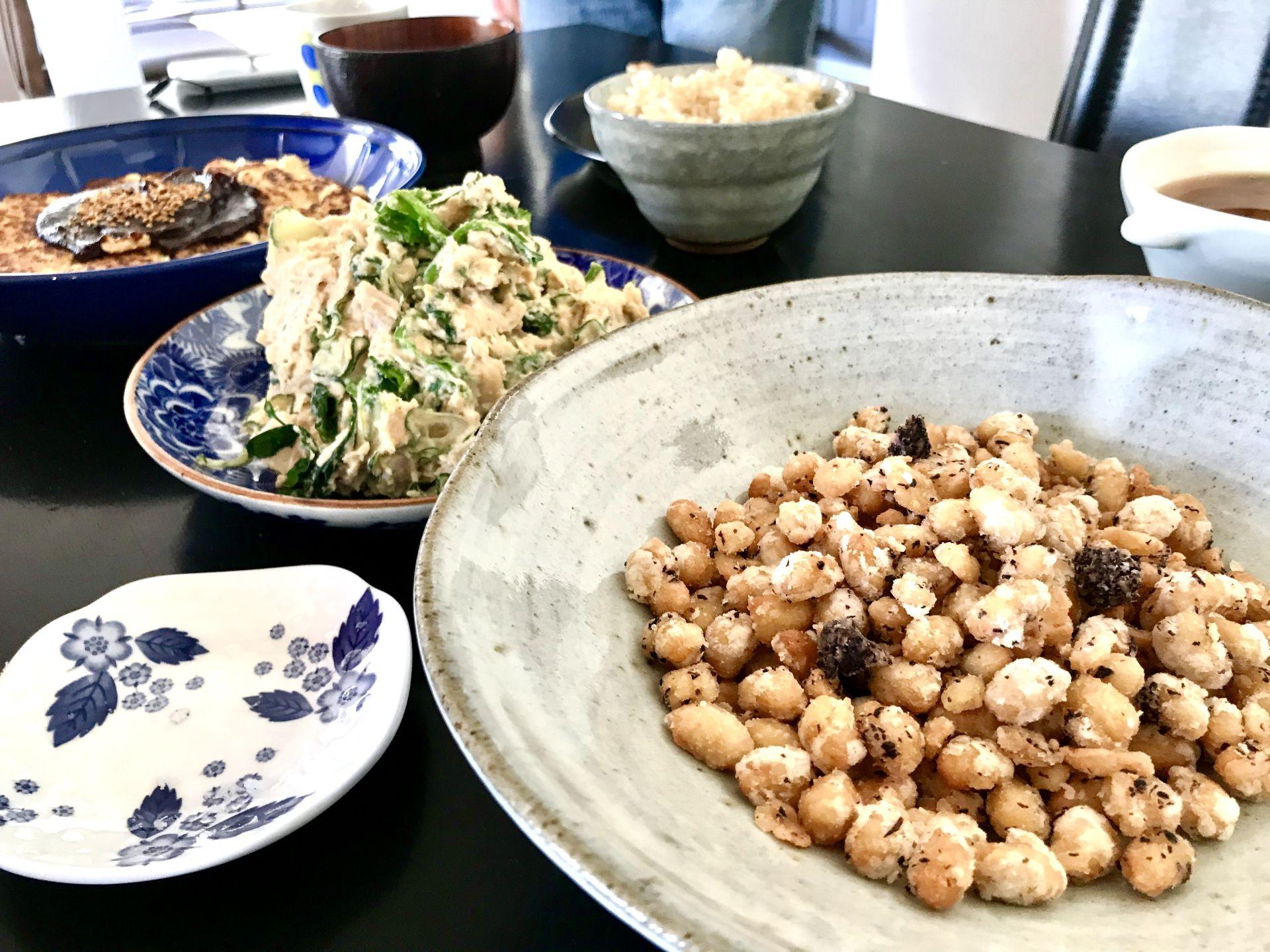 右手前:大豆の唐揚げ 中央:大豆サラダ 左奥:大豆田楽