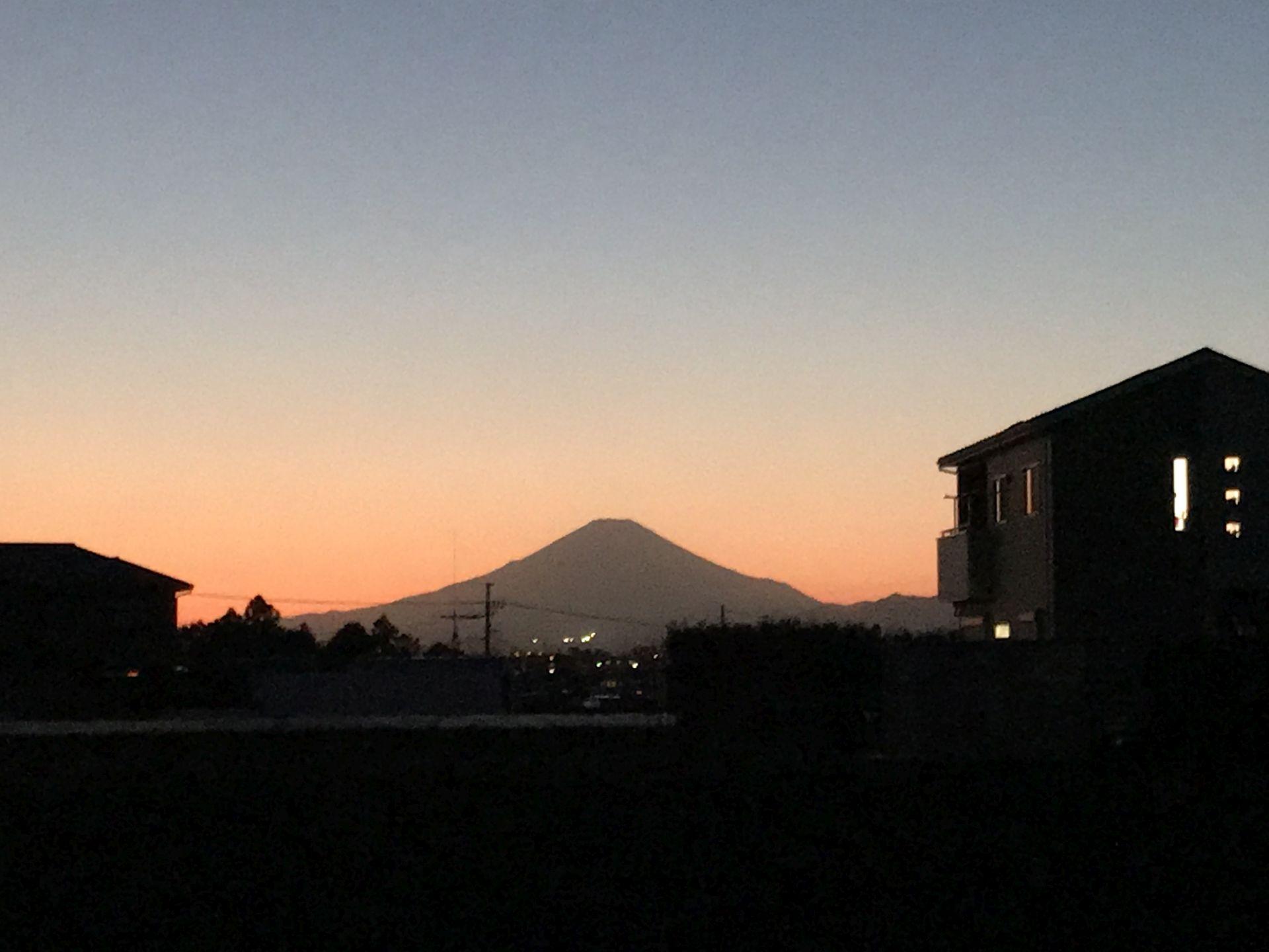 塾が終わる頃には夕焼けに富士山のシルエット・・・美しい
