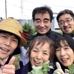 収穫したばかりののらぼう菜を手に記念撮影
