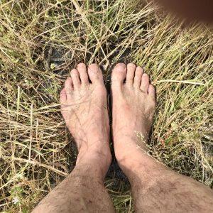 裸足で農作業